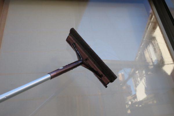 ワイパーのようなゴムで窓の水切り
