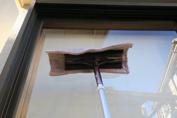 窓掃除_高い所の乾拭き